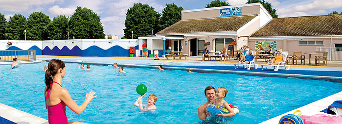 Top summer uk holidays under 500 uk family break for Holiday cottages in wales with swimming pools